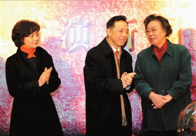 于魁智/左起:李胜素、于魁智和连丽如在现场。本报记者王俭摄
