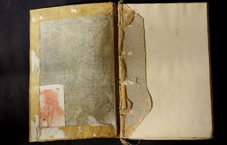 作品当时是在一本书的封面与首页夹层中发现