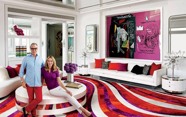 艺术家斯达林鲁比(左)和拉夫西蒙斯(右) 时尚界是否正在席卷艺术界?又或者这种交叉交流的增长速度对两个领域来说都更好吗?这是一个热门话题。奢侈品大亨和佳士得公司老板,弗朗西斯亨利皮诺特告诉纽约时报的艺术总监兼首席评论家凡妮莎弗里德曼说:如今艺术和时尚在社会上占据着同一块物理空间。(见于《弗朗西斯亨利皮诺特说时尚不应为了所谓的体面而利用艺术》。) 一个多世纪前,女装设计师雅克杜塞是他那个时代艺术品收藏的拥护者。他购买了一件毕加索的杰作,《亚威农少女》(1907),现在收藏于现代艺术博物馆。