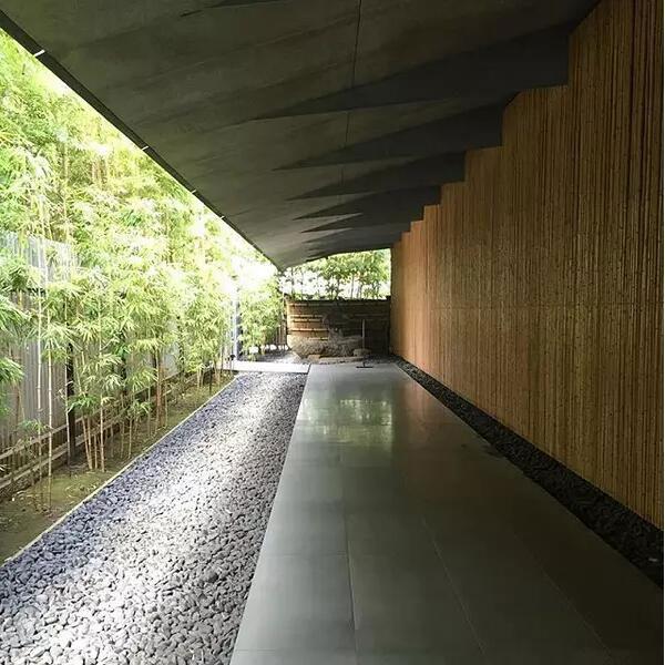 """根津美术馆就是充分利用竹子等自然素材的""""弱建筑""""的代表作品."""