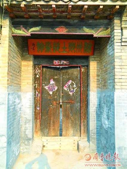 "/enpproperty-->  滨州乡土艺术馆  五颜六色、形态各异的盘扣仿佛一件件艺术品。 在过去,女红多半是指女子的一些针线活,像纺织、编织、缝纫、刺绣、拼布、贴布绣、剪花、浆染等等,举凡妇女手工制作出的传统技艺,就称为女红。中国女红是讲究天时、地利、材美与巧手的一项艺术,而女红技巧从过去到现在都是由母女、婆媳世代传袭而来,因此又可称为母亲的艺术""。 柳如 广袤的鲁北平原,自古民风淳厚、人杰地灵。在笔者所居的城市滨州,鲁北首家民间博物馆滨州乡土艺术馆已正式开馆,这座博物馆的馆长正是被联合国教"