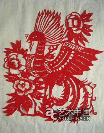 她们在中国剪纸艺人的指导下,拿着剪刀一丝不苟地学剪窗花.