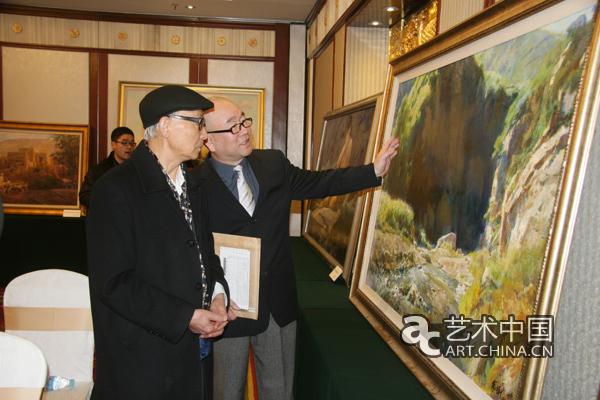 北京 张文新/邵大箴先生在刘晓秘书长陪同下观看张先生画作...