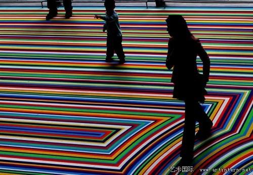艺术家彩色胶带装置使房间变身奇妙能量场