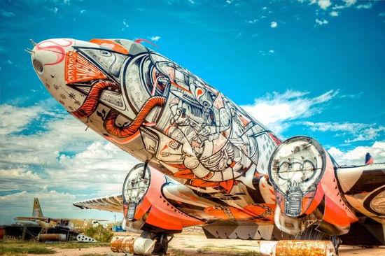 """""""埋骨场计划""""旨在让废弃的军用飞机充当画布,经艺术家的妙手化身为一"""