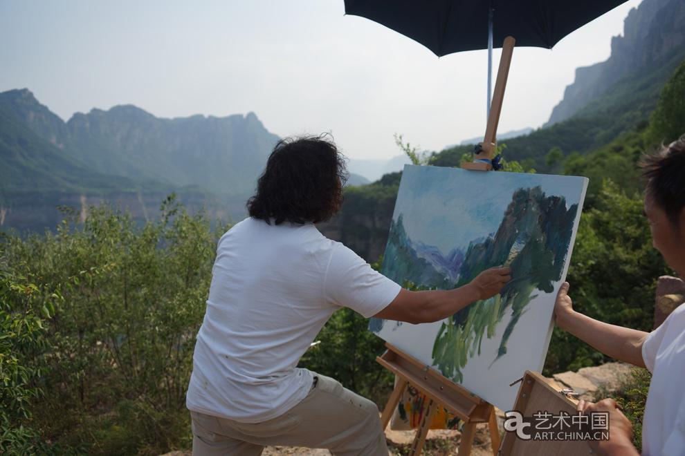 艺术家唐承华在太行大峡谷现场油画写生