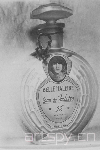 比如来自杜尚设计的香水瓶belle haleine, 这个香水瓶的标签是杜尚