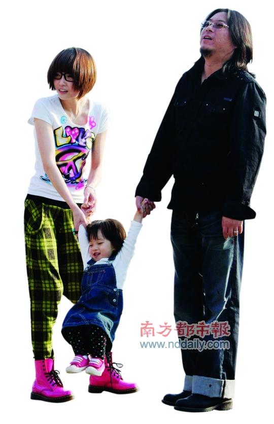 /enpproperty-->  1994年的《校园民谣I》、2010年的《万物生长》、一起走红然后决裂最后又和好如初的伙伴老狼,是高晓松音乐事业上的三个重要节点。    2007年底,高晓松和80后妻子在美国生下一女。这是去年10月一家三口在北京摩登天空音乐节上被媒体拍到的画面。