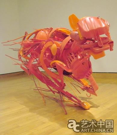 被丢弃的塑料餐具,玩具和其他东西之间的金属件作为雕塑作品的原材料.
