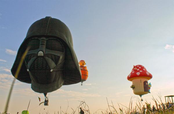 /enpproperty-->  热气球总是有力量让我们会心微笑。是它的颜色,圆滚滚的身子?还是我们想要飞翔的渴望,失重,快乐地漂浮在空气中的愿望?在家里,五颜六色的气球被用来装饰聚会,或许这是我们从童年起便将气球与充满乐趣与快乐的时光联系在一起的原因。也是设计界如此多的人热爱热气球的原因。