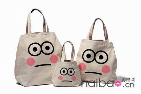 包包以可爱娃娃脸和黑体logo作为主要图案,清晰简洁,每款式样有大