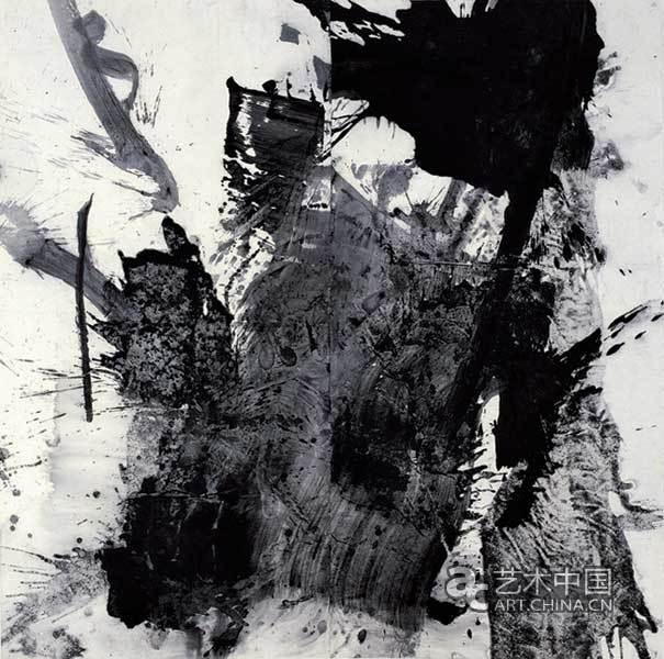 关于蓝正辉 蓝正辉,1959年生于四川, 抽象水墨艺术家。毕业于四川美术学院。他的水墨风格被评论家刘骁纯称之为体量水墨。大体量的水墨反应了其巨大的精神力量。重墨体现了其作品幅度的巨大,同时也反映了其力道和精神。蓝着重于水墨笔画的运动,从而使其特质活灵活现。可见他在90时年代对符号结构研究受益匪浅。在2000年,他与其它艺术家开展了体量水墨运动来提倡运动、书法力道的本质,反对非自然表达方式。蓝正辉现生活在多伦多,并继续他探索和创造抽象艺术和当代水墨作品的历史长途。 关于对比窗艺廊 对比窗艺廊于19
