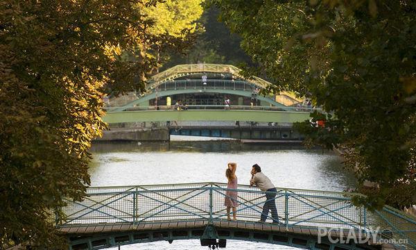 也许是被《巴黎,我爱你》的爱情故事所打动,也许是醉心于《巴黎圣母院》的非典型浪漫。巴黎,这座时尚浪漫的城市,已被很多人列为一生必去的城市之一。但,如果你来巴黎,只追求热门景点,只享受优雅浪漫,只热衷于时尚奢侈品,那你所看到的巴黎是不完整的。巴黎,又何止这些。在闹中取静的惬意之处,体验巴黎人的悠闲生活;在悄怆幽邃的静谧之地,感受巴黎的神秘气息;在小众的文艺街区,沉浸于巴黎的艺术氛围;在最地道的跳蚤市场,尽享巴黎人的生活情趣。今天,小编告诉你巴黎的小众玩法,要这样玩,才能真正地不负巴黎。  莎士比亚书店海明威
