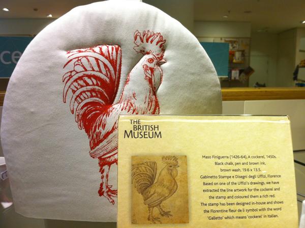 大英博物馆商店为馆藏意大利腓尼格拉的公鸡作品制作的抱枕