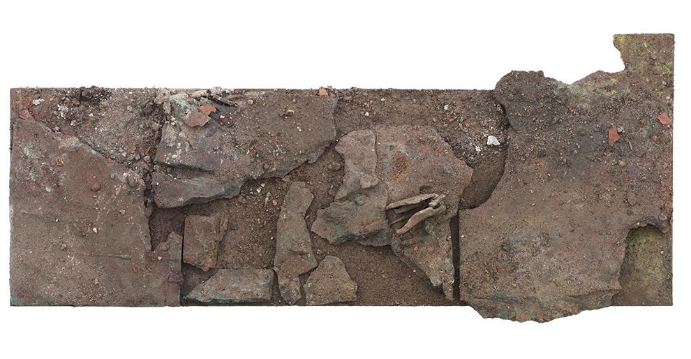 《国殇》二--支持体30x90cm--木质构造、陶土、矿物·植物·土质颜料、金银粉、金属渣--2014年-.jpg