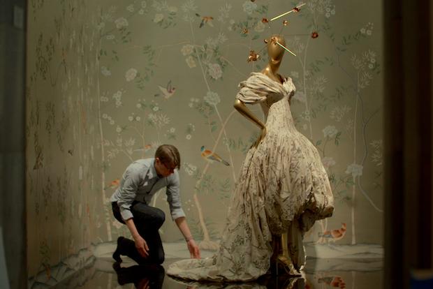 """《时尚恶魔的盛宴》中一镜头:安德鲁·博尔顿与一身着晚礼服的模特模型现身于大都会博物馆""""中国:镜花水月""""展览。(图片由木兰花影业提供)"""