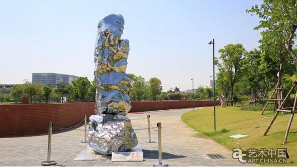 海上共明月公共艺术节暨首届厦门海丝艺术品中心公共艺术展现场 艺术家王中的雕塑熟练运用现代雕塑的语言表达了后工业化时代的主题,用隐喻的象征与现代雕塑语言,结构、空间、材料等融为一体,使形式同时成为文化与精神的载体。艺术家陈文令的雕塑作品则充盈着一种内在的张力,反映了他自己拥抱生活的积极态度,以及对自身所处特定时代环境的深刻审视和独特体验