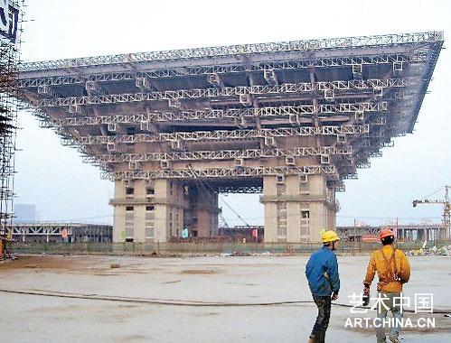上海世博会中国馆披上 中国红