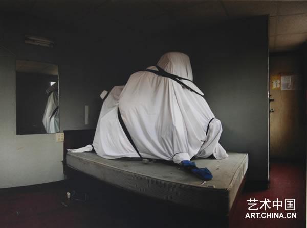 5月9日,欲望的隐晦介质群展在北京798意中艺术工作室展出。这次展览的灵感来源于路易斯布努埃尔(Luis Buuel)1977年的一部电影的名字 - 《欲望的隐晦目的》(Cet obscur objet du desir),展出了英籍印度裔、中国、德国和意大利艺术家的一系列作品。作品多样的风格传达出艺术家对于介质作为一个艺术的主题,以及作为一个意义延伸的载体的个人审美。   对物体的表现,以及对其的再利用某种程度上标志了现当代艺术由历史上的先锋派到我们今天的非常重要的时刻。藉由重新梳理,
