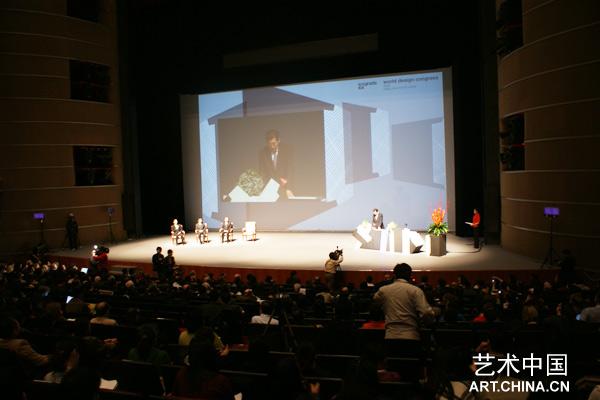 10月26日,2009北京世界设计大会开幕式在国家大剧院举行,中共北京市委副书记、北京市人民政府市长郭金龙、教育部部长周济、文化部部长蔡武和ICOGRADA国际平面设计师协会联合会前主席张同錬作为贵宾出席了开幕式并为大会开幕剪彩。 大会邀请了多位国际著名专家作为主旨演讲人发表演讲,演讲围绕杰出的设计及设计理念,探讨了具有普适意义的设计价值和设计在其中扮演的角色,并重点探讨了设计产业政策及设计推动产业转型的话题。世界设计大会是由国际平面设计协会联合会举办的世界性设计专业大会,每两年举办一次,旨在促进国际设计