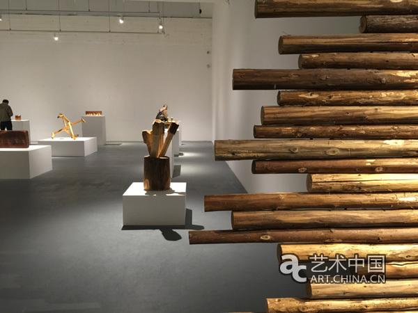 在傅中望作品《大木作》前的开幕式嘉宾合影 2015年4月18日,由泉空间主办的傅中望开物个展在798艺术区的泉空间拉开帷幕。此次展览经过两年多的筹备工作,策展人为冀少峰,展出了傅中望以榫卯结构为基础创作的一系列将中国传统与当代艺术相结合的一系列作品。 想要理解傅中望的艺术世界就要先理解中国传统榫卯结构。正如孙振华所说榫头与卯眼是一种物质构造的结点方式,中国古人根据不同的构造需要创造了丰富的榫卯结点形态,广泛用于建筑、家具、农具等木器结构之中,榫卯不仅是一种古老的技术方式,同时也是在长期历史积淀中形成