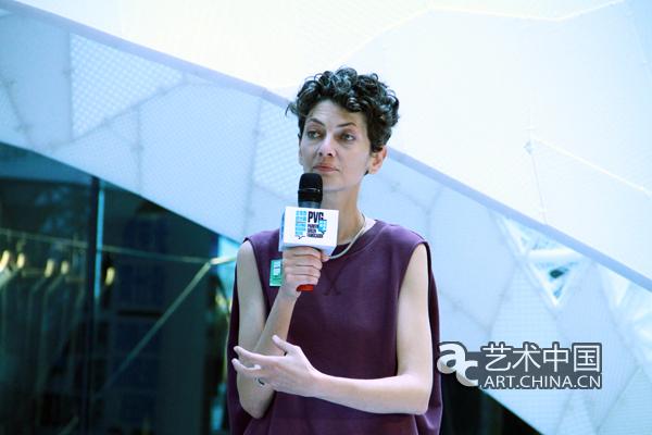活动开幕现场的设计师、艺术家们 2015年9月25日下午,侨福芳草地在LG2中庭广场举办了北京国际设计周侨福芳草地站开幕仪式。开幕仪式在备受瞩目的世界最大3D打印建筑结构VULCAN内举办,纯白色、几何美感的空间让开幕活动独具魅力。本届设计周芳草地参展品牌的嘉宾、艺术家设计师及众多科技、时尚、艺术和设计界的国内外媒体都来到开幕式现场共同目睹这一设计盛事。  侨福集团执行董事黄培修先生在开幕式上致辞 在开幕仪式上,侨福集团执行董事黄培修先生致辞时讲到:今年侨福芳草地参与到北京国际设计周中,探索设计领域的创