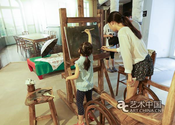 海报 2016年7月1日下午5点,印象派大师雷诺阿家族授权全球巡展遇见橄榄树下的雷诺阿 在位于北京798艺术区的百家湖北京艺术中心开幕,这也是本次展览的北京站正式启动。据了解,遇到橄榄树下的雷诺阿是雷诺阿家族正式授权的全球首展,这也是45幅雷诺阿的经典作品首次亮相北京。参加开幕式的嘉宾有雷诺阿的曾孙,法国著名摄影家雅克雷诺阿及其夫人克劳德蒙特塞拉,百家湖集团董事长严陆根,丹麦UEG策展集团总裁忒特,中央美院副教授张路江等。  嘉宾合影  百家湖集团董事长严陆根在开幕式致辞  本次展览吸引了大批