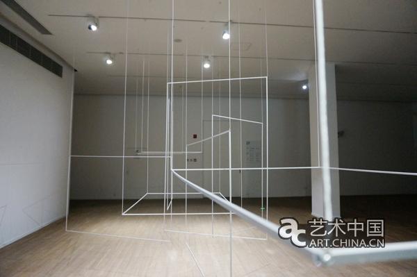 开幕式现场 2017年5月8日下午,《透明的声音》在上海民生现代美术馆开幕,汇聚了来自中国、法国、美国、比利时等国26位艺术家的45件作品分布在上海民生现代美术馆内部的核心筒与回旋的坡道展厅中。作为一场以声音艺术为专题呈现的展览,策展人携同26位艺术家,向我们探讨了20世纪中后期以来,声音作为一种新的媒介在视觉艺术、音乐、剧场、科技等领域的延伸与拓展。展览由玻璃、光与影、声响灵动的空间、静默,微乎其微、虚拟领地四条线索为我们打开了一个未曾看到过的世界。  法国驻华大使馆文化参赞罗文哲发